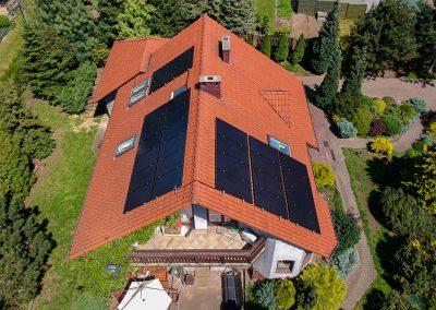 Widok instalacji fotowoltaicznej na dachu
