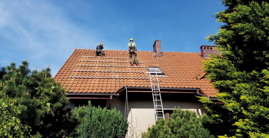 układanie konstrukcji montażowej na dachu domu