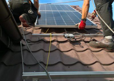 układanie paneli fotowoltaicznych na konstrukcji do blachodachówki