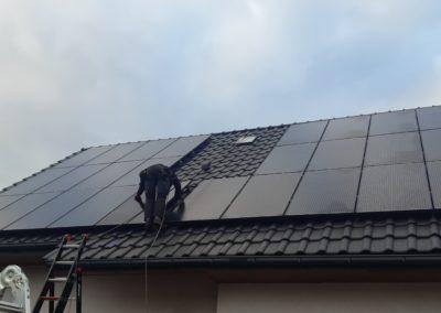 ostatni panel fotowoltaiczny na dachu