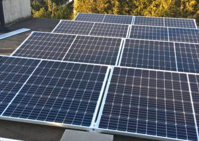 panele fotowoltaiczne na plaskim dachu