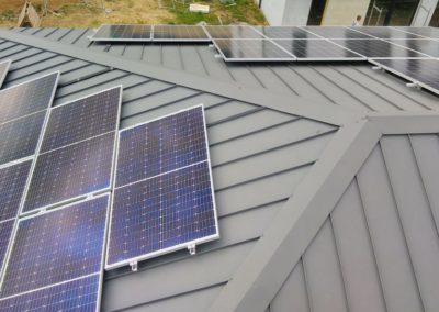 panele fotowoltaiczne widok dwie połacie dachowe