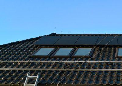 panele fotowoltaiczne Full Black na dachówce ceramicznej