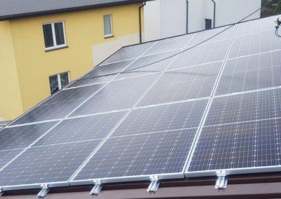 panele fotowoltaiczne na dolnym dachu