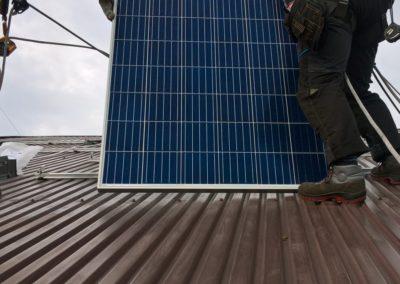 panele polikrystaliczne na dachu z blachy trapezowej