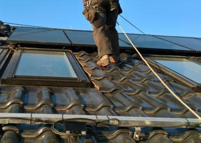 układanie paneli Full Black fotowoltaicznych na dachówce ceramicznej