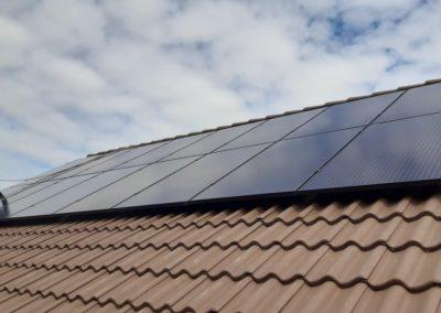 panele fotowoltaiczne BBECO na dachu z dachówka