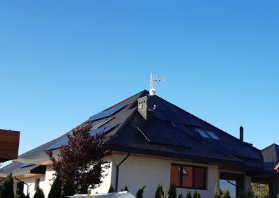 Panele fotowoltaiczne dach z karpiówką system SolarEdge widok całej instalacji