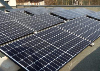 panele fotowoltaiczne half-cut na dachu plaskim