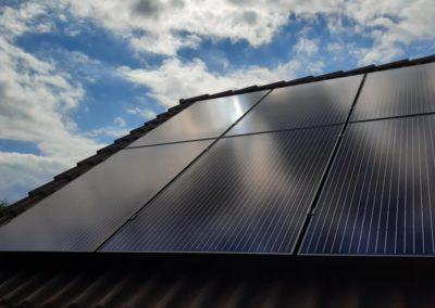 Panele słoneczne full black na dachu