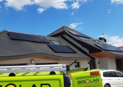 układ paneli fotowoltaicznych na dachu Ja Solar Full Black