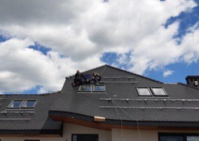 układanie paneli fotowoltaicznych na dach z karpiówką SolarEdge