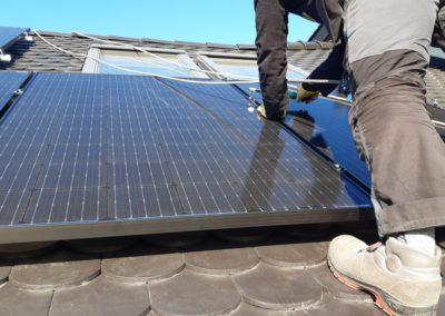układanie paneli fotowoltaicznych dach z karpiówka SolarEdge dynamometryczny klucz