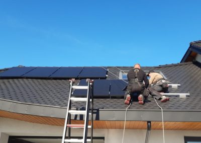 układanie paneli fotowoltaicznych dach z karpiówka SolarEdge zamykanie
