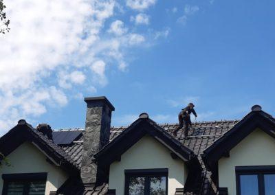 Układanie paneli fotowoltaicznych na dachówce