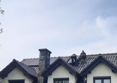 Układanie paneli fotowoltaicznych na dachu JA Solar Full Black