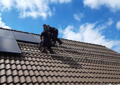 Układanie paneli słonecznych na dachówce betonowej