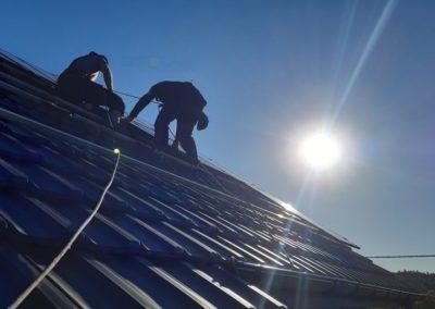 ukladanie paneli fotowoltaicznych na dachu Bisolar