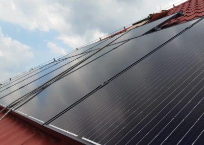 moduly fotowoltaiczne na dachu z blachodachowka