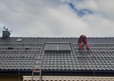 Konstrukcja fotowoltaiczna na dachu z dachówka ceramiczna