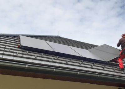 Układanie paneli fotowoltaicznych na dachu
