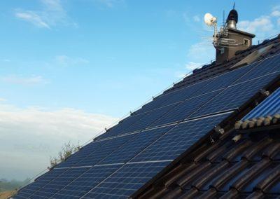 Widok paneli fotowoltaicznych na dachu