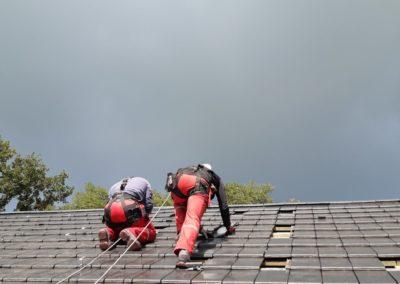 Montaz instalacji fotowoltaicznej na dachu z dachowka ceramiczna Bisolar