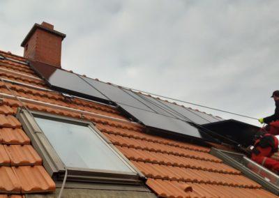 panele fotowoltaiczne JA Solar Full Black na dachu z dachówką ceramiczną
