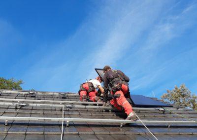 panele fotowoltaiczne na dachu domu Bisolar